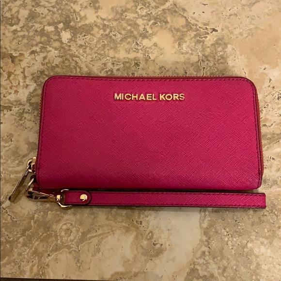 Michael Kors Handbags - Michael Kors Jet Set Multifunction Phone Wallet